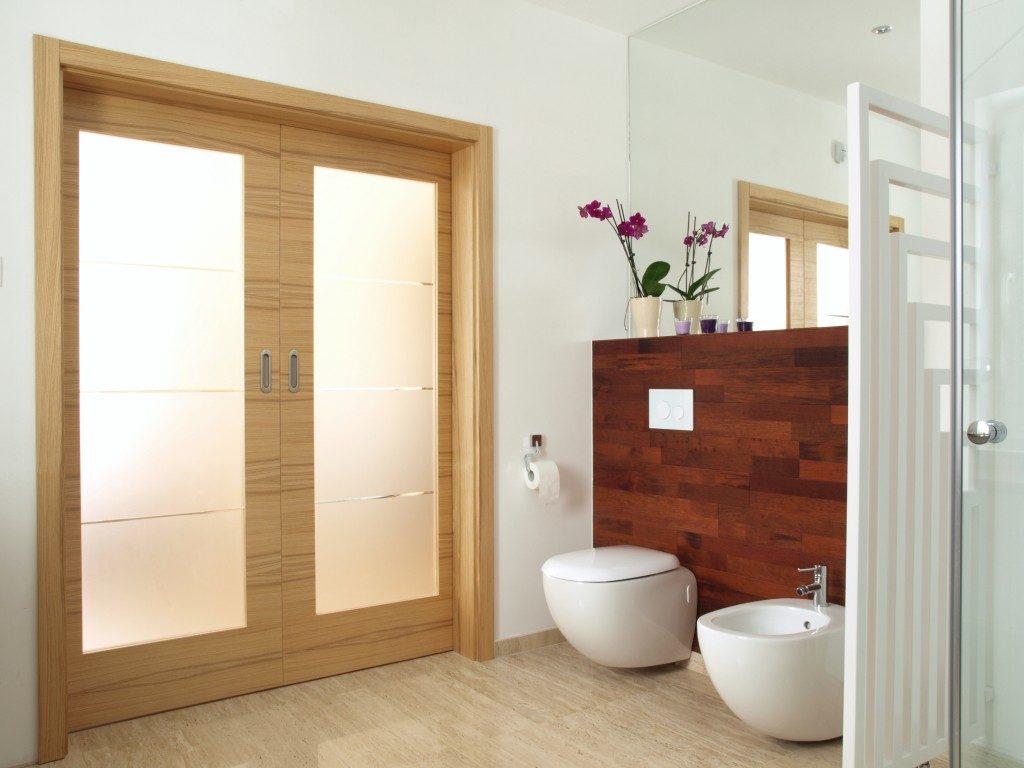 designed bath room in a wood flooring